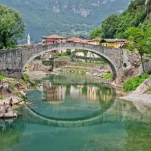 Ponte romanico che collega Boario Terme a Montecchio