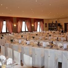 La sala preparata per un numeroso martimonio